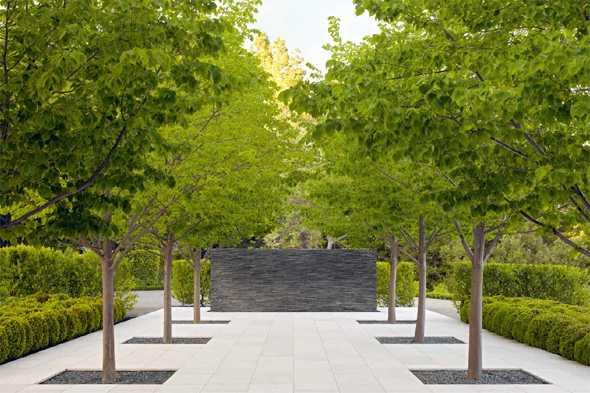 Modern und stilvoll gestaltet   Flur mit Naturstein  und Holzwand